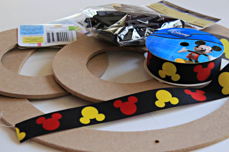 Disney memories are precious. You can enjoy them over and over again with this super easy DIY Mickey Mouse photo board! #Disney #Mickey #wegotears #disneymemories #diy #disneypics #disneydiy #cmongetcrafty