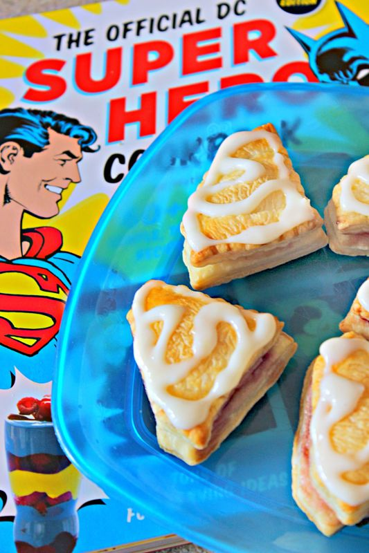 How SUPER are these Superman Cream Cheese Jelly Puffs? Put an extra punch in your breakfast, or make ahead for a Superman themed party! #superman #creamcheesepuffs #superhero